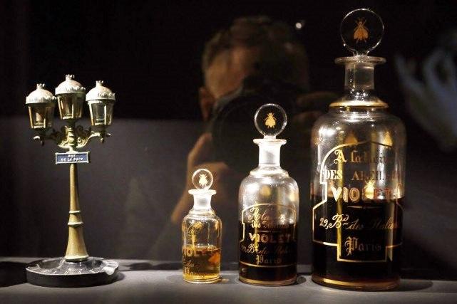 Nouveau Révèle Anciens AlambicsLe Parfum Flacons Un Se Et Dans XTiPZOku