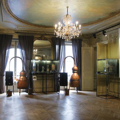 Flacons anciens et alambics le parfum se r v le dans un nouveau mus e pari - Fragonard paris boutique ...