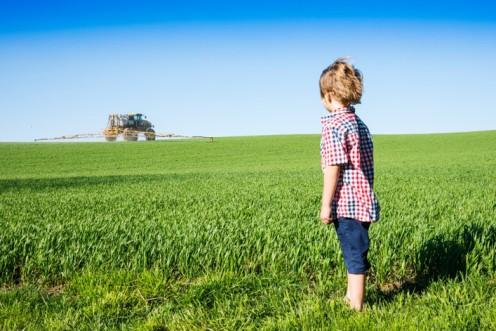 csm_Pesticides_epandage_tracteur_enfant_pollution_istock_d7d185267d